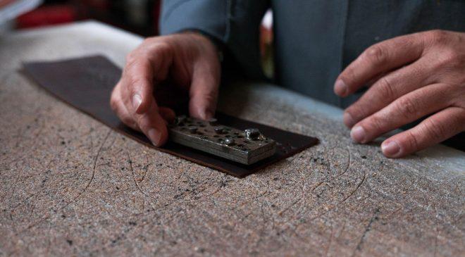 """Descubrimos el oficio de zapatero y marroquinero: qué es el """"picado"""""""